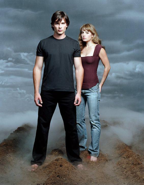 (4. Staffel) - Lois Lane (Erica Durance, r.) kommt nach Smallville, um den Tod ihrer Cousine Chloe zu untersuchen. Als sie an Chloes Grab Clark (Tom... - Bildquelle: Warner Bros.
