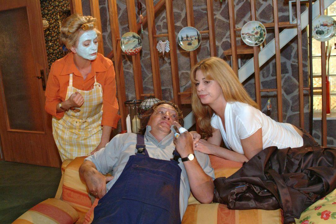 Helga (Ulrike Mai, l.) ist verwundert, als Bernd (Volker Herold, M.) mit Laura (Olivia Pascal, r.) ins Haus schneit - und registriert erst spät, da... - Bildquelle: Monika Schürle Sat.1