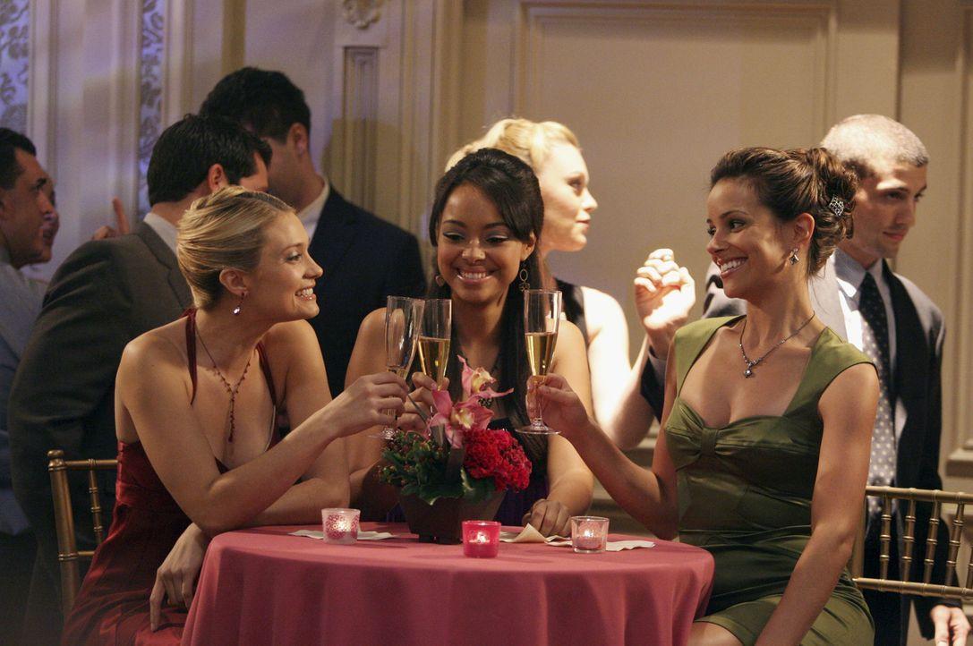 Verbringen den Verbindungsball gemeinsam: Casey (Spencer Grammer, l.), Ashleigh (Amber Stevens, M.) und Frannie (Tiffany Dupont, r.) ... - Bildquelle: ABC Family