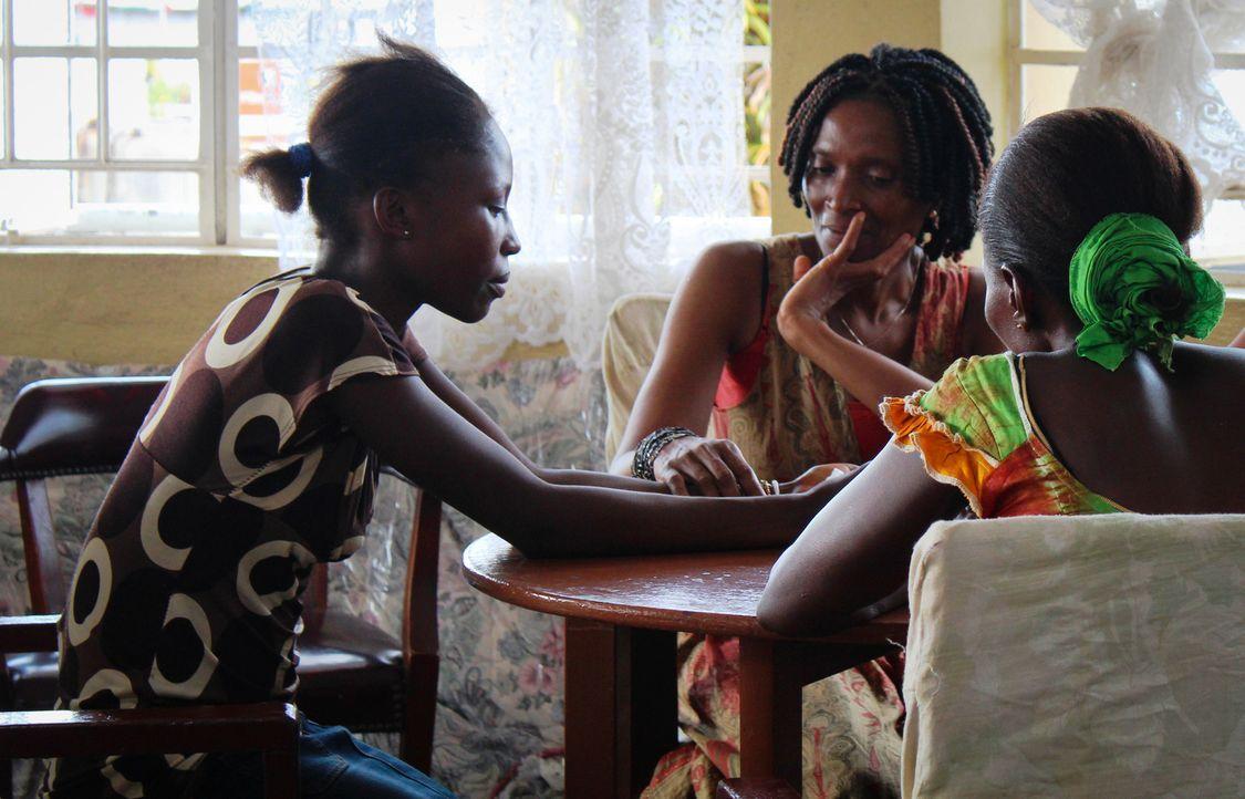 Die 14-jährige Fulamatu (l.) wendet sich, nachdem sie sexuell missbraucht wurde, hilfesuchend an Amie Kadeh (M.). - Bildquelle: Fremantle