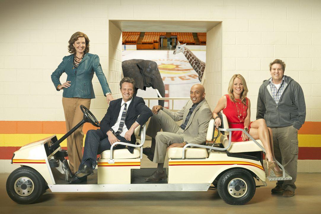 """(1. Staffel) - Die Arbeit in der alten Sportarena """"The Sunshine Center"""" hält immer wieder Überraschungen für Crystal Cohen (Allison Janney, l.),... - Bildquelle: Sony Pictures Television Inc. All Rights Reserved."""