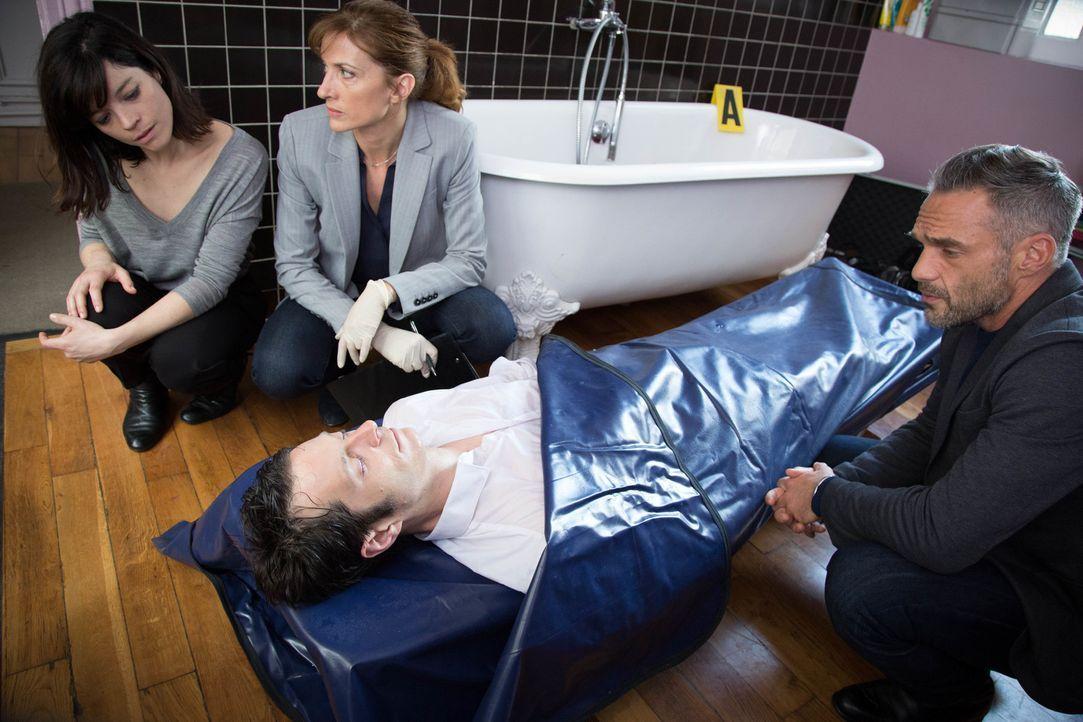 Simon Brunet (Darsteller unbekannt, vorne l.) wird ermordet und seltsam inszeniert in seiner Badewanne aufgefunden. Während Rocher (Philippe Bas, r.... - Bildquelle: Eloïse Legay 2016 BEAUBOURG AUDIOVISUEL