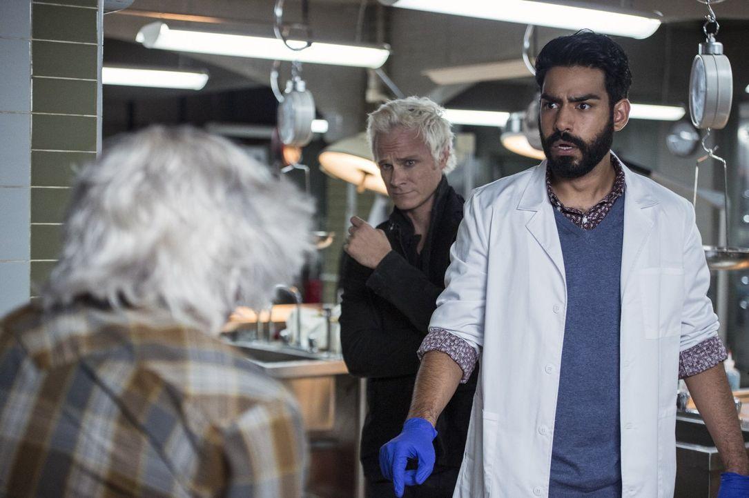 Blaine (David Anders, l.) und Ravi (Rahul Kohli, r.) entdecken ein Mittel, das in den falschen Händen für einige Probleme sorgen könnte ... - Bildquelle: 2014 Warner Brothers
