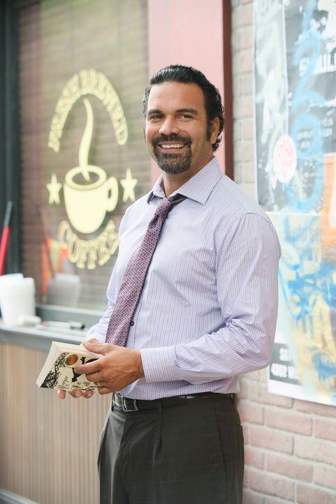 Mikes Misstrauen wird geweckt, als er sieht, wie Susan und Carlos (Ricardo Antonio Chavira) ungewohnt viel Zeit miteinander verbringen ... - Bildquelle: ABC Studios