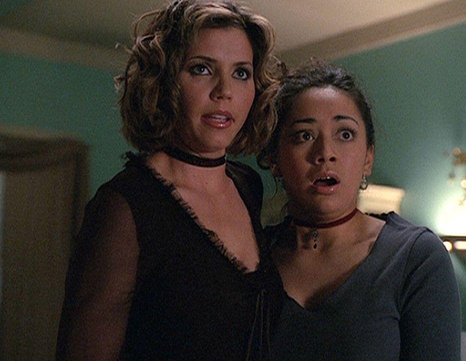 Cordelia (Charisma Carpenter, l.) und Cynthia (Aimee Garcia, r.) schweben in Lebensgefahr. Cynthia hat versehentlich ein Ungeheuer herbeigezaubert. - Bildquelle: 20th Century Fox. All Rights Reserved.