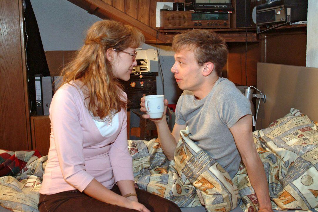 Lisa (Alexandra Neldel, l.) weckt Jürgen (Oliver Bokern, r.) mit der Nachricht, dass sie nicht mehr verlobt sind und sie sich endlich nicht mehr zu... - Bildquelle: Sat.1