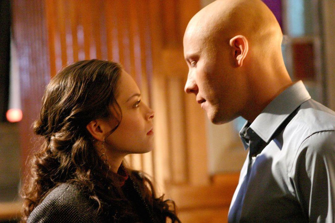 Während Clark sich mit der seltsamen Maddie anfreundet, kommen sich Lana (Kristin Kreuk, l.) und Lex (Michael Rosenbaum, r.) näher ... - Bildquelle: Warner Bros.