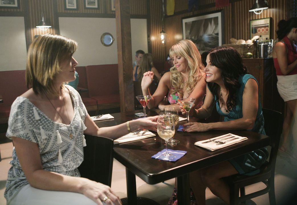 Um ihre wilden Jahre nachzuholen, macht Jules (Courteney Cox, r.) mit Laurie (Busy Philipps, M.) und Ellie (Christa Miller, l.) einen drauf. Mit nic... - Bildquelle: 2009 ABC INC.