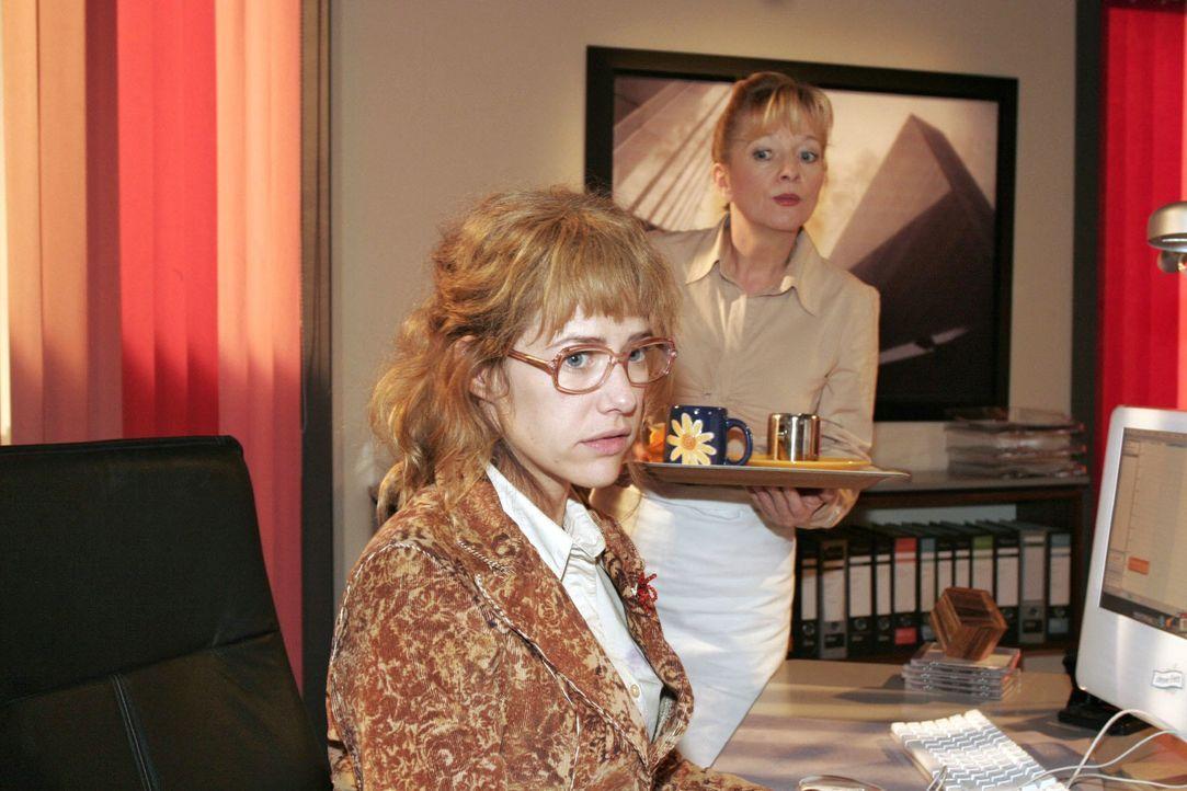 Von Helga (Ulrike Mai, r.) auf den Kuss zwischen ihr und Rokko angesprochen, versucht Lisa (Alexandra Neldel, l.) den Vorfall herunterzuspielen. (Di... - Bildquelle: Noreen Flynn SAT.1 / Noreen Flynn