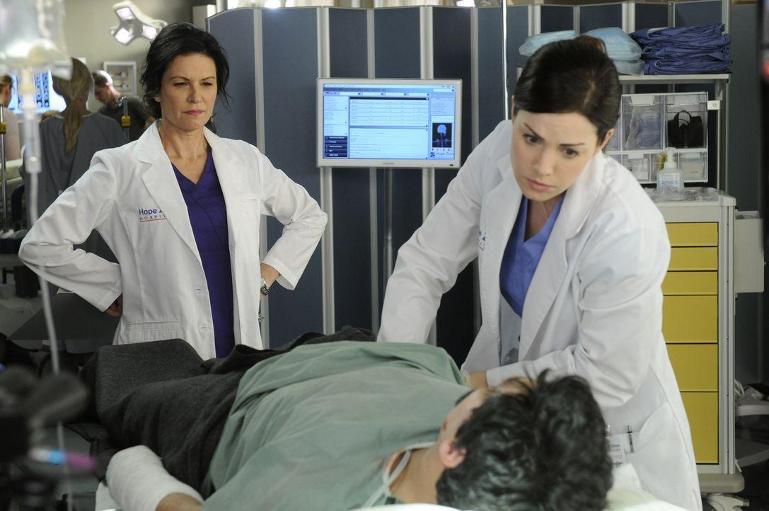 Kann Dr. Alex Reid (Erica Durance, r.) Dr. Dana Kinny (Wendy Crewson, l.) endlich beweisen, dass sie ihrer Position als Leiterin der chirurgischen A... - Bildquelle: 2012  Hope Zee One Inc.