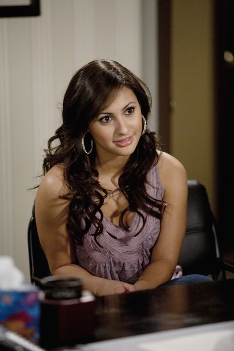 Adrian (Francia Raisa) ist vom Frauenarzt, den ihr Ricky empfohlen hat, sehr angetan. Zu sehr in Bens Augen ... - Bildquelle: Randy Holmes 2010 Disney Enterprises, Inc. All rights reserved.