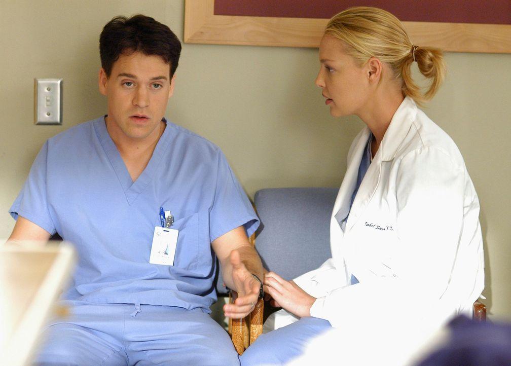 Izzie (Katherine Heigl, r.) und George (T.R. Knight, l.) versuchen im Zimmer des sehr alten Koma-Patienten Charlie miteinander zu sprechen, doch sie... - Bildquelle: Touchstone Television