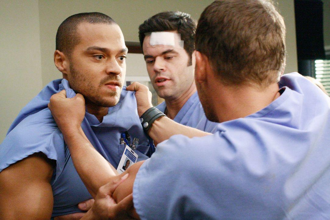 Alex (Justin Chambers, r.) fühlt sich von Jackson (Jesse Williams, l.) provoziert und es kommt zwischen den beiden fast zu einer Schlägerei. Charles... - Bildquelle: Touchstone Television