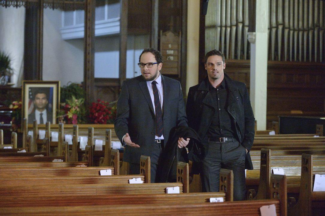 Müssen den Tod von Gabe und Dana Landon vortäuschen: Vincent (Jay Ryan, r.) und J.T. (Austin Basis, l.) ... - Bildquelle: 2013 The CW Network, LLC. All rights reserved.