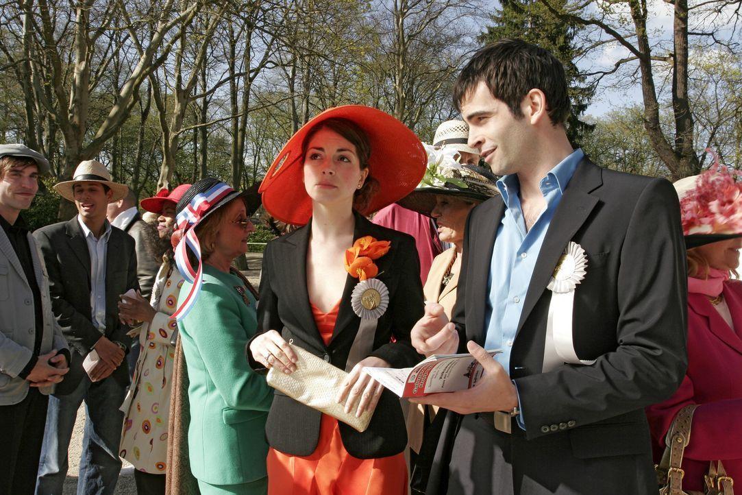 Mariella (Bianca Hein, l.) kann nicht verstehen, dass David (Mathis Künzler, r.) sich mehr für die Pferde als für seine Gäste interessiert. - Bildquelle: Sat.1