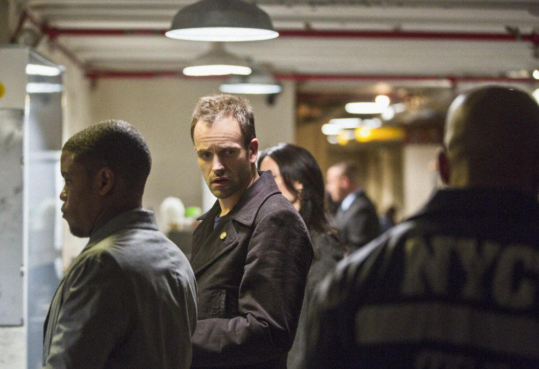 Auf seine ganz besondere Weise, ermittelt Sherlock Holmes (Jonny Lee Miller, M.) in einem neuen Mordfall ... - Bildquelle: Tom Concordia CBS Television / Tom Concordia