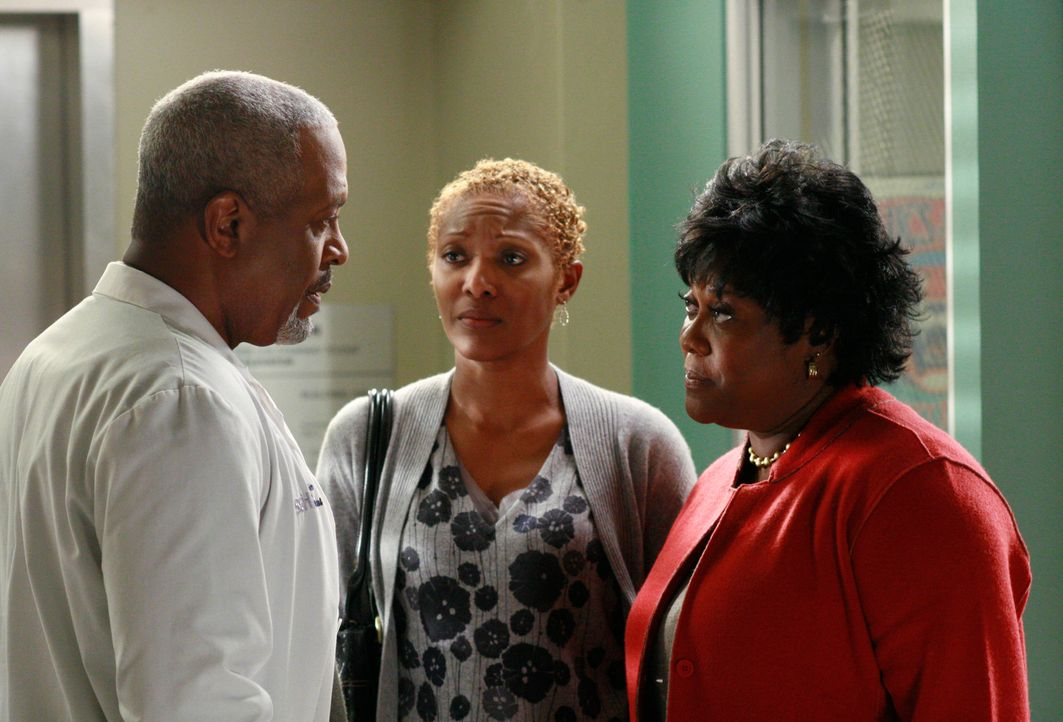 Camille teilt ihrer Mutter (Shelley Robertson, M.) sowie Adele (Loretta Devine, r.) und Webber (James Pickens Jr., l.) mit, dass sie nicht erneut ei... - Bildquelle: Touchstone Television