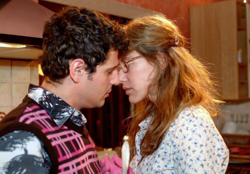 Lisa (Alexandra Neldel, r.) und Rokko (Manuel Cortez, l.) kommen sich gefährlich nahe ... (Dieses Foto von Alexandra Neldel darf nur in Zusammenhan... - Bildquelle: Monika Schürle Sat.1