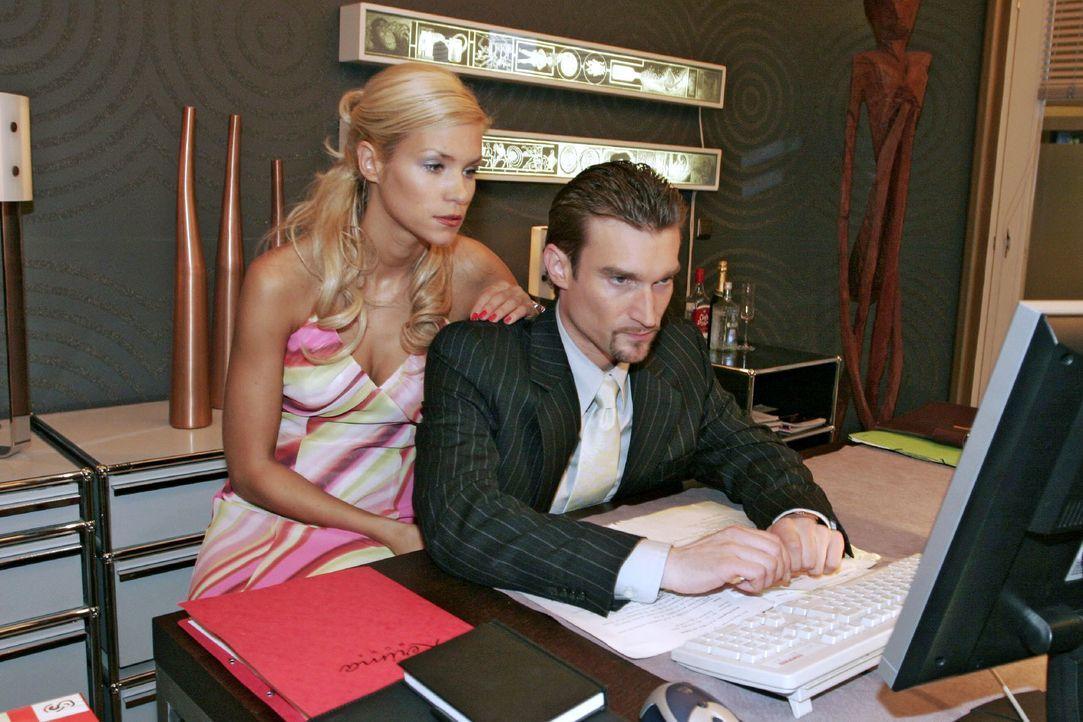 Richard (Karim Köster, r.) beschäftigt sich unter Sabrinas (Nina-Friederike Gnädig, l.) Blick mit den Kerima Moda-Aktien - doch irgendwas läuft fals... - Bildquelle: Noreen Flynn SAT.1 / Noreen Flynn