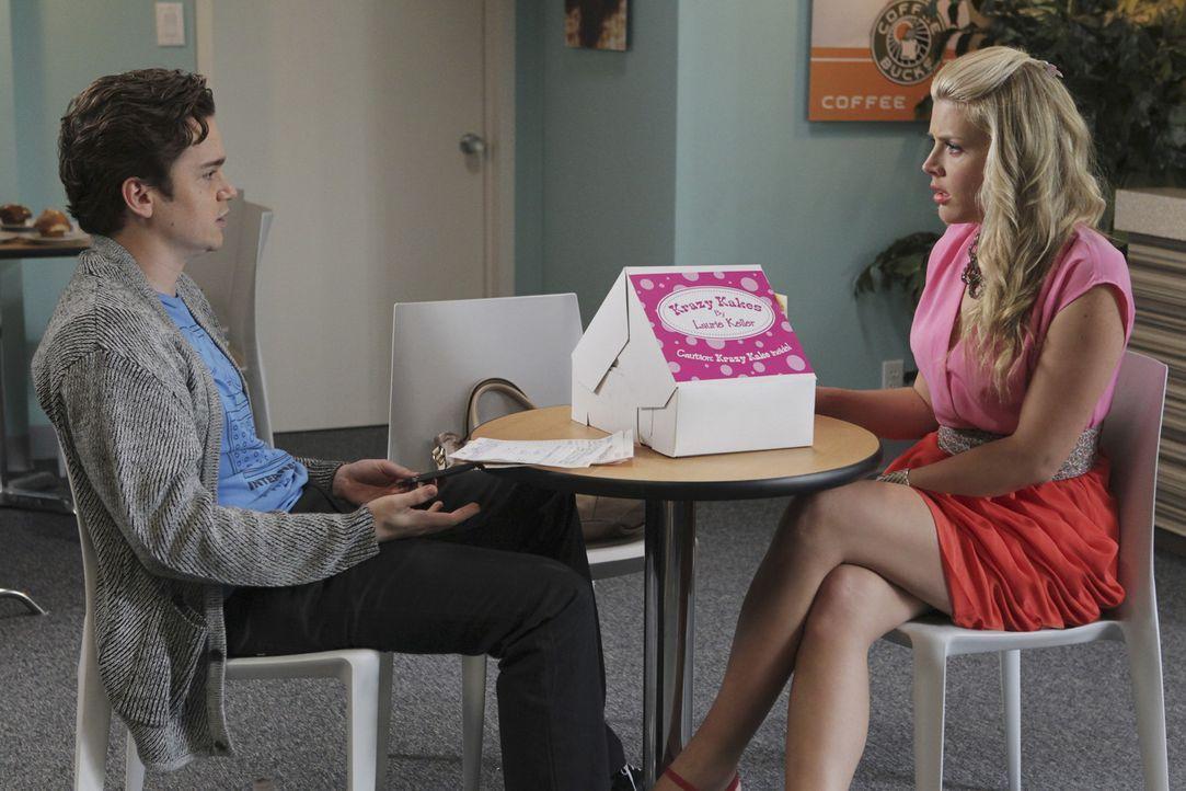 Travis (Dan Byrd, l.) schlägt Laurie (Busy Philipps, r.) vor, sich voll und ganz auf ihr Kuchengeschäft zu konzentrieren. - Bildquelle: 2011 American Broadcasting Companies, Inc. All rights reserved.