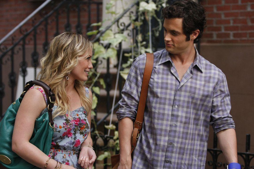 Nun kann Olivia (Hilary Duff, l.) endlich ein einigermaßen normales Leben führen - v.a. auch weil Dan (Penn Badgley, r.) sie nicht wie eine berühmte... - Bildquelle: Warner Brothers