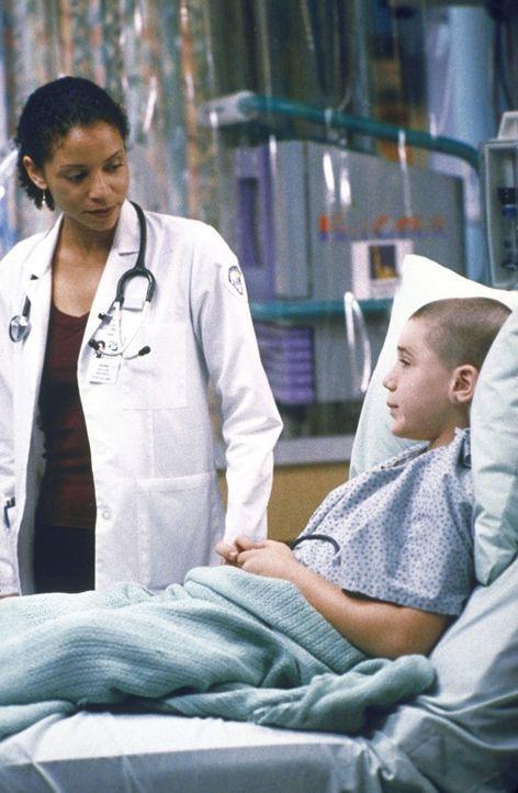 Der todkranke Scott (Trevor Morgan, r.) hat einen Herzstillstand erlitten, aber Jeanie (Gloria Reuben, l.) und dem Ärzteteam gelingt es, den Jungen... - Bildquelle: TM+  2000 WARNER BROS.