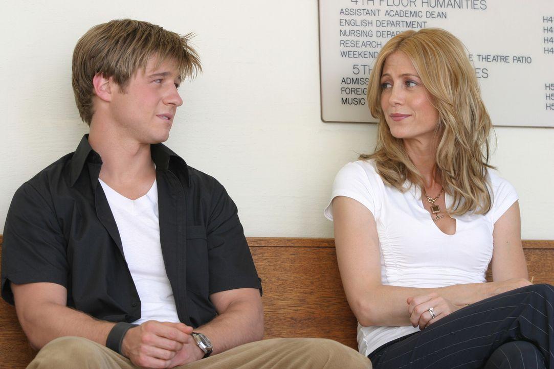 Auf Anraten von Kirsten (Kelly Rowan, r.) soll Ryan (Benjamin McKenzie, l.) auf die noble private Pacific Harbor Highschool, doch zuvor muss er sich... - Bildquelle: Warner Bros. Television