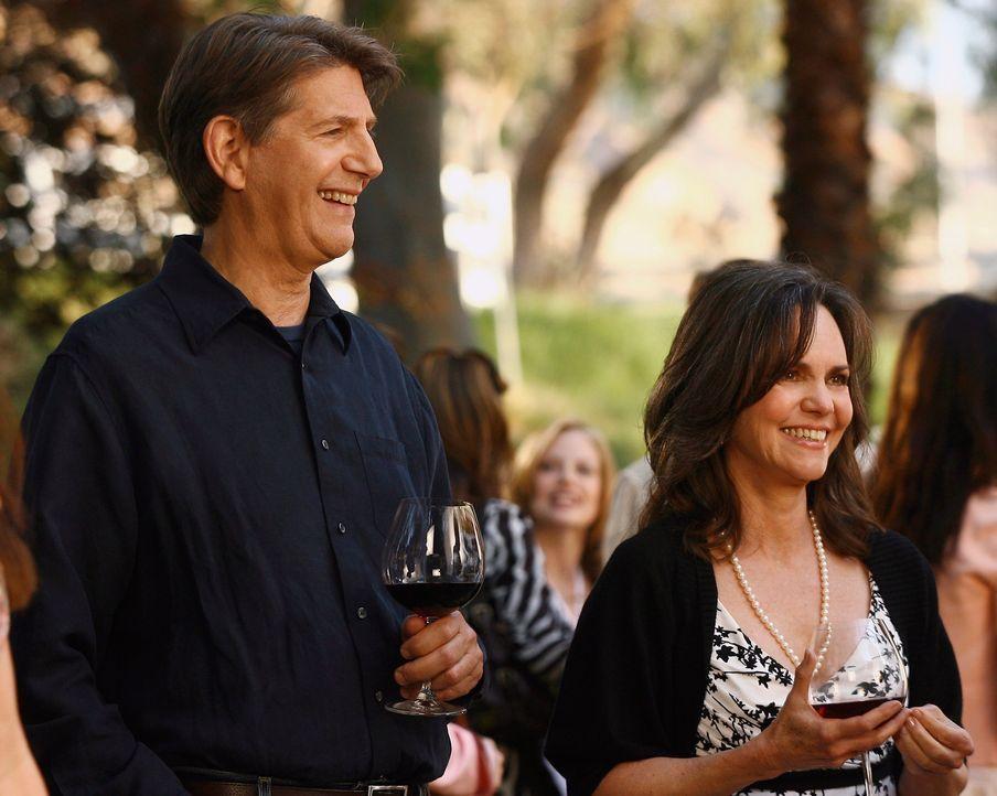 """Geschäftseröffnung des Weingutes """"Walker Landing"""": Nora (Sally Field, r.) ist glücklich mit ihrem Begleiter, Mark August (Peter Coyote, l.), doch Fa... - Bildquelle: Disney - ABC International Television"""