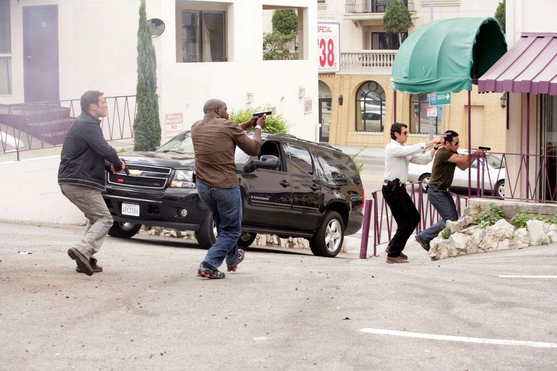 Gemeinsam versuchen sie Megan aus den Fängen von Crystal Hoyle zu befreien: Colby Granger (Dylan Bruno, l.), David Sinclair (Alimi Ballard, 2.v.l.),... - Bildquelle: CBS International Televison