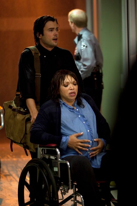 Dr. James Peterson (Matt Long, hinten), der neue Arzt des St. Ambrose Krankenhauses kümmert sich um hochschwangere Pam Reiter (Tisha Campbell-Marti... - Bildquelle: ABC Studios