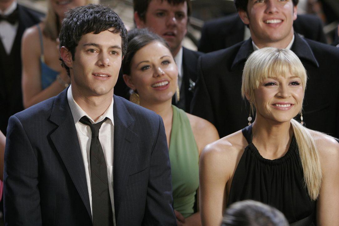 Um Summer eifersüchtig zu machen, geht Seth (Adam Brody, l.) mit Anna (Samaire Armstrong, r.) auf den Abschlussball. Doch wird sein Plan aufgehen? - Bildquelle: Warner Bros. Television