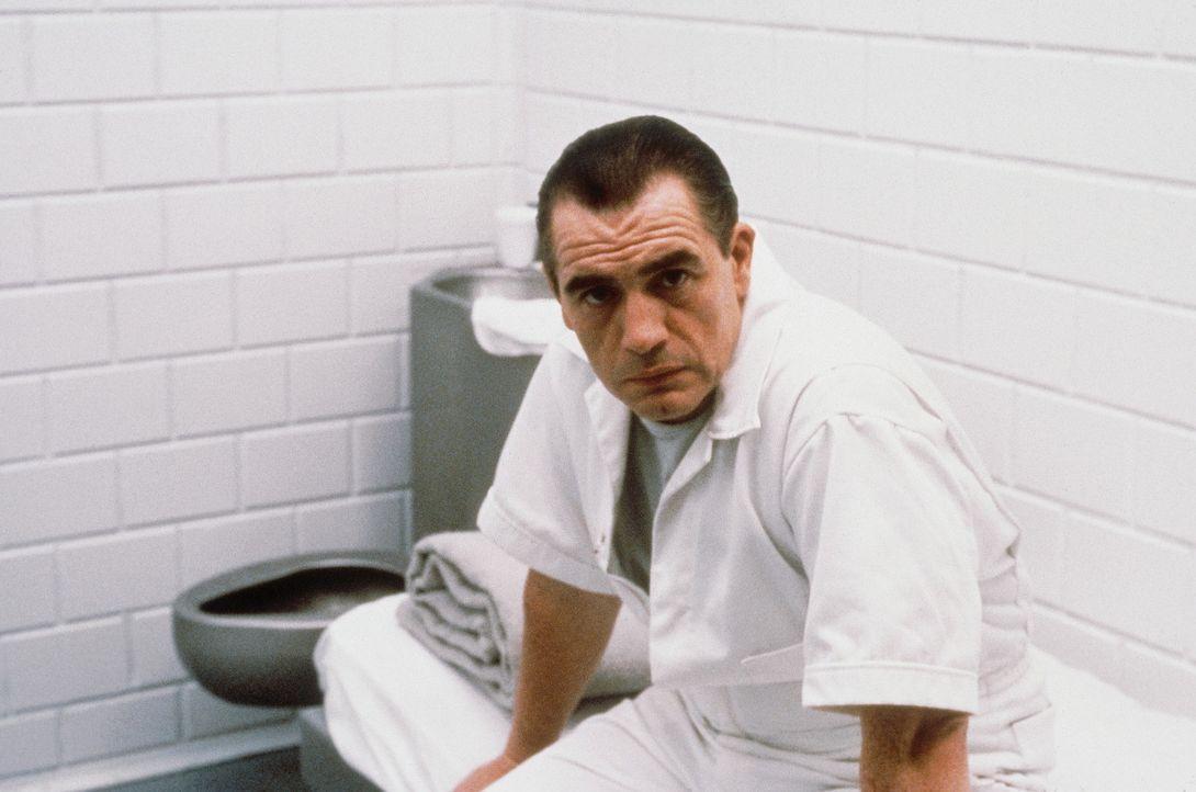 Um mehr über die Psyche des Killers zu erfahren, sucht das FBI Hilfe beim inhaftierten Massenmörder Dr. Lecktor (Brian Cox). Denn inzwischen ist d...