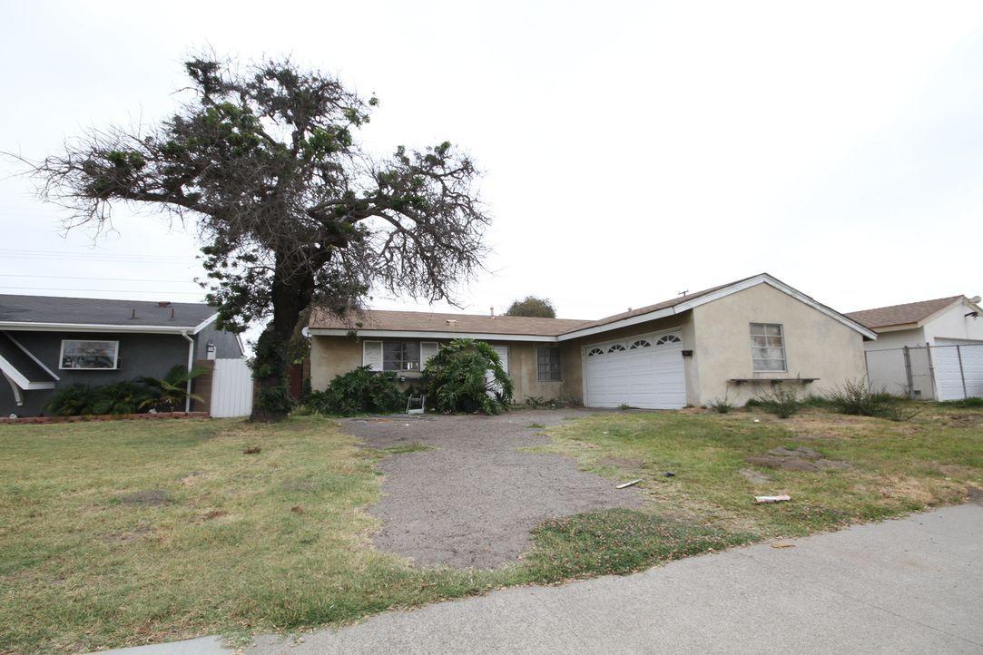 Das heutige Projekt ist ein Haus in Cypress in Kalifornien. Um das Grundstück wurde sich lange nicht gekümmert - bis jetzt. Auf das Makler-Ehepaar w... - Bildquelle: 2017,HGTV/Scripps Networks, LLC. All Rights Reserved