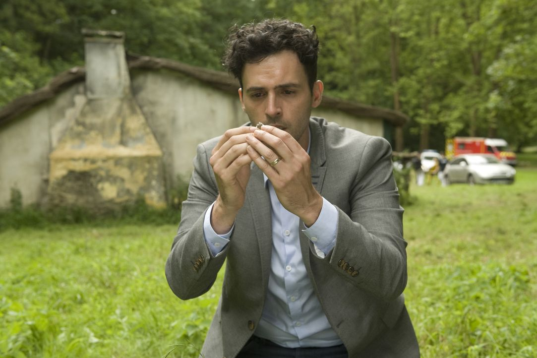 Hyppolite (Raphaël Ferret) gibt die Hoffnung nicht auf, seine Frau lebend wieder in die Arme schließen zu können. Wird diese Hoffnung herbe enttäusc... - Bildquelle: 2014 BEAUBOURG AUDIOVISUEL