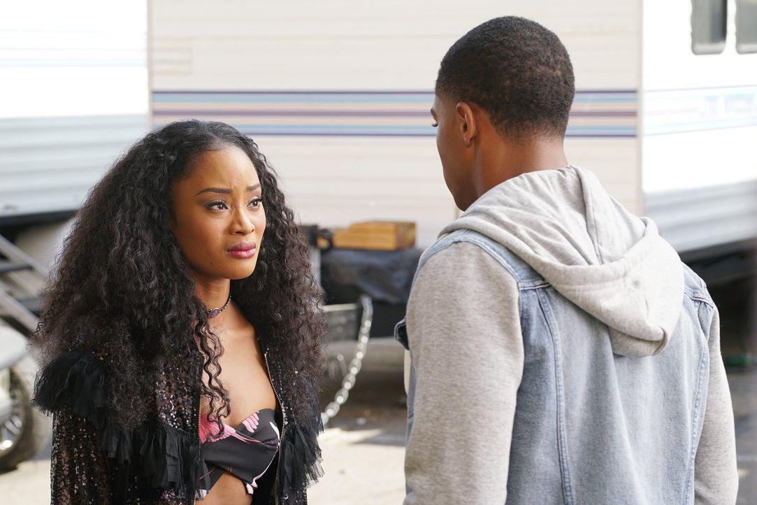 Tangey (Pepi Sonuga, l.) fühlt sich nicht nur von der Filmproduktion hintergangen, als sie erfährt, dass ihre Rolle neu besetzt wird - auch Jordan (... - Bildquelle: Warner Bros.