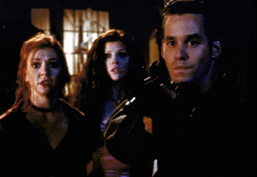 Willow (Alyson Hannigan, l.) und Xander (Nicholas Brendon, r.) müssen sich gegen ein Monster verteidigen. - Bildquelle: TM +   2000 Twentieth Century Fox Film Corporation. All Rights Reserved.