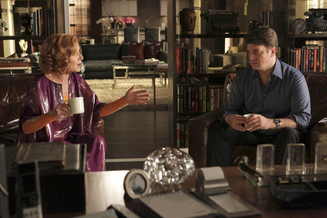 Martha (Susan Sullivan, l.) redet ihrem Sohn (Nathan Fillion, r.) ins Gewissen, seiner Kollegin Kate Beckett endlich seine wahren Gefühle für sie zu... - Bildquelle: ABC Studios