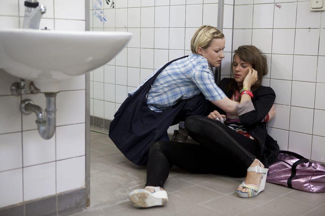 Emma (Kasia Borek, l.) realisiert erschrocken, dass Jenny (Lucy Scherer, r.) voll auf Droge ist ... - Bildquelle: SAT.1