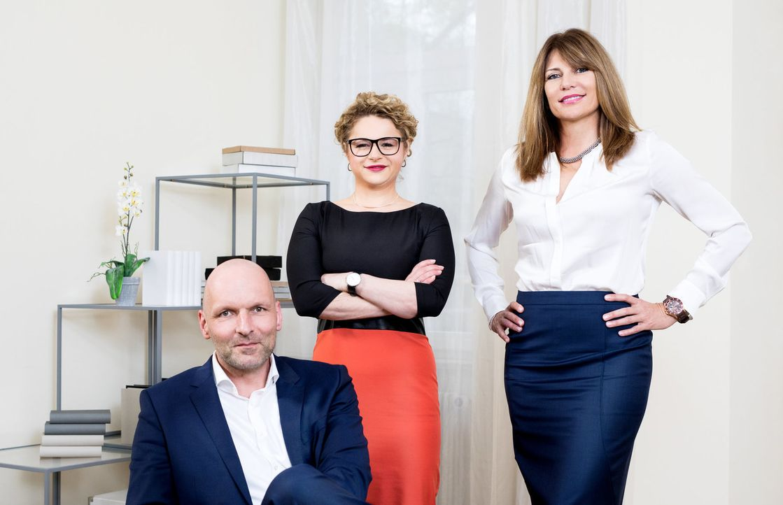 (v.l.n.r.) Markus Ernst; Dr. Sandra Köhldorfer; Beate Quinn - Bildquelle: Stefan Hobmaier SAT.1/Stefan Hobmaier