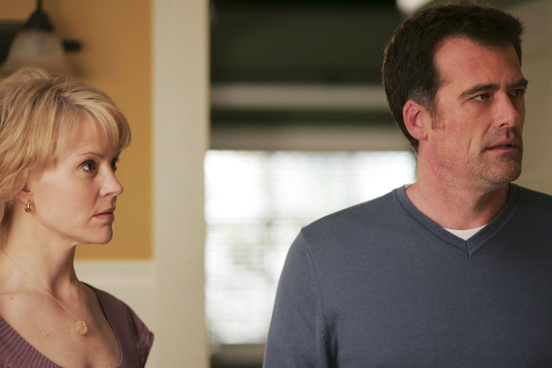 Die Eheleute sind entsetzt: Stephen (Bruce Thomas, r.) erfährt, dass sein Vater William im Koma liegt. Nicole (Marguerite MacIntyre, l.) überzeugt... - Bildquelle: TOUCHSTONE TELEVISION