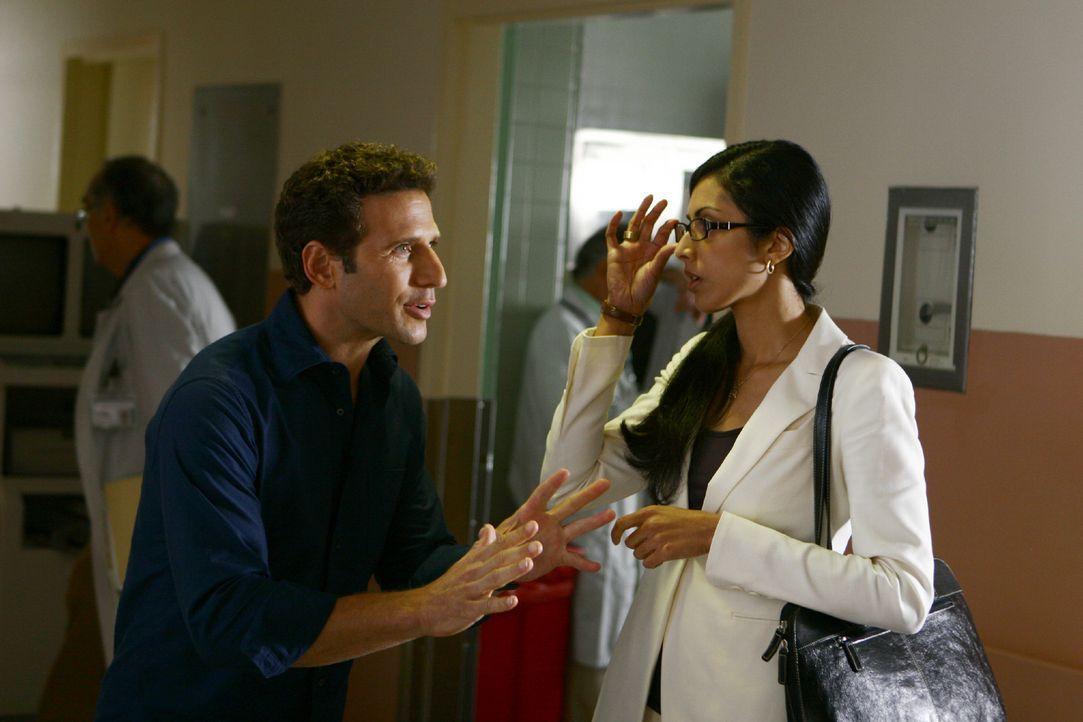 Divya (Reshma Shetty, r.) drängt sich Dr. Hank Lawson (Mark Feuerstein, l.) als Assistentin förmlich auf ... - Bildquelle: Universal Studios