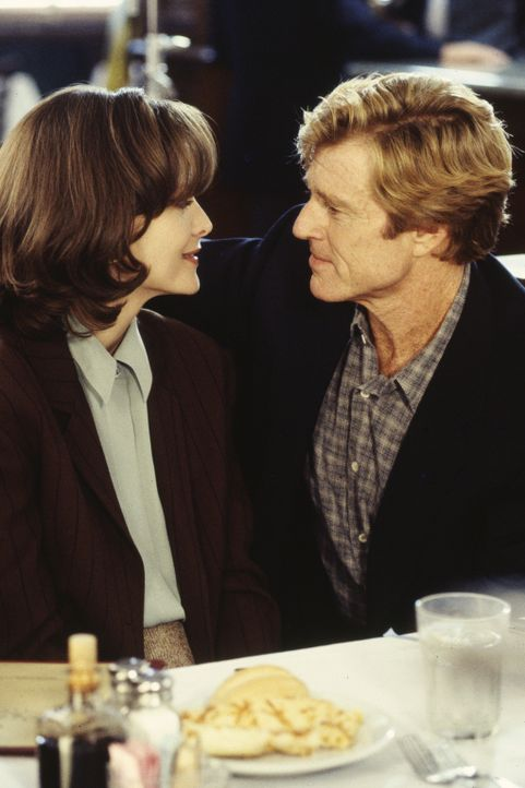 Tally (Michelle Pfeiffer, l.) träumt davon, ein Fernsehstar zu werden, und macht mit Hilfe von Nachrichtenprofi Warren Justice (Robert Redford, r.)... - Bildquelle: Buena Vista Pictures