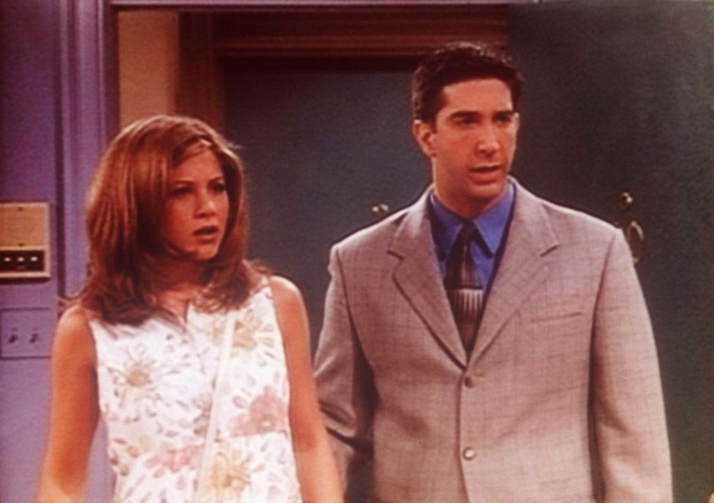 Was Rachel (Jennifer Aniston, l.) und Ross (David Schwimmer, r.) zu sehen bekommen, verschlägt ihnen die Sprache: Sie erwischen Phoebe mit ihrem Li... - Bildquelle: TM+  2000 WARNER BROS.