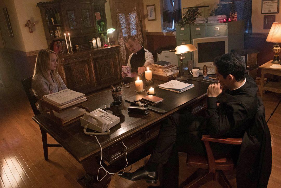 Pater Marcus (Ben Daniels, M.) und Pater Tomas (Alfonso Herrera, r.) führen ein Gespräch mit Casey (Hannah Kasulka l.) und dem Dämon ... - Bildquelle: 2016 Fox and its related entities.  All rights reserved.
