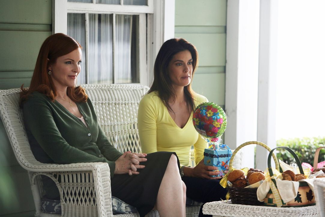 Warten gespannt auf Lynette, die nach ihrem Krankenhausaufenthalt endlich wieder in die Wisteria Lane kommt: Bree (Marcia Cross, l.) und Susan (Teri... - Bildquelle: 2005 Touchstone Television  All Rights Reserved