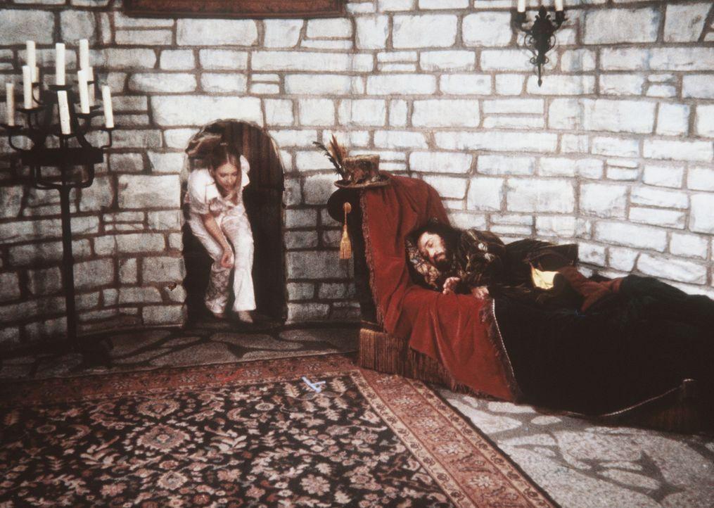 Sabrina (Melissa Joan Hart, l.) versucht sich davonzuschleichen, während der Troll, der sie entführt hat, schläft. - Bildquelle: Paramount