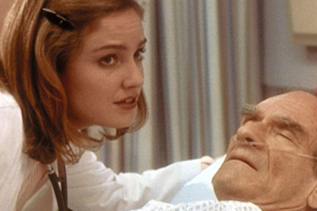 Mr. Klein (Sanford Meisner, r.) ist unheilbar krank. Dr. Lewis (Sherry Stringfield, l.) versucht, ihm sein Schicksal zu erleichtern. - Bildquelle: TM+  WARNER BROS.