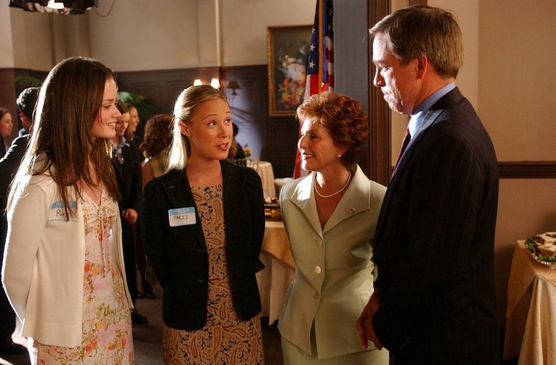 Rory (Alexis Bledel, l.) und Paris (Liza Weil, 2.v.l.) reisen nach Washington zu einem Schülervertreter-Treffen und begegnen dort der Senatorin Barb... - Bildquelle: 2002 Warner Bros.