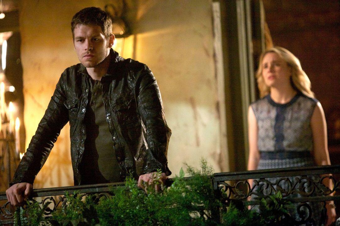 Cami (Leah Pipes, r.) und Davina schließen sich mit Marcel zusammen, um Klaus (Joseph Morgan, l.) endgültig vom Thron zu stoßen, doch die Dinge entw... - Bildquelle: Warner Bros. Television