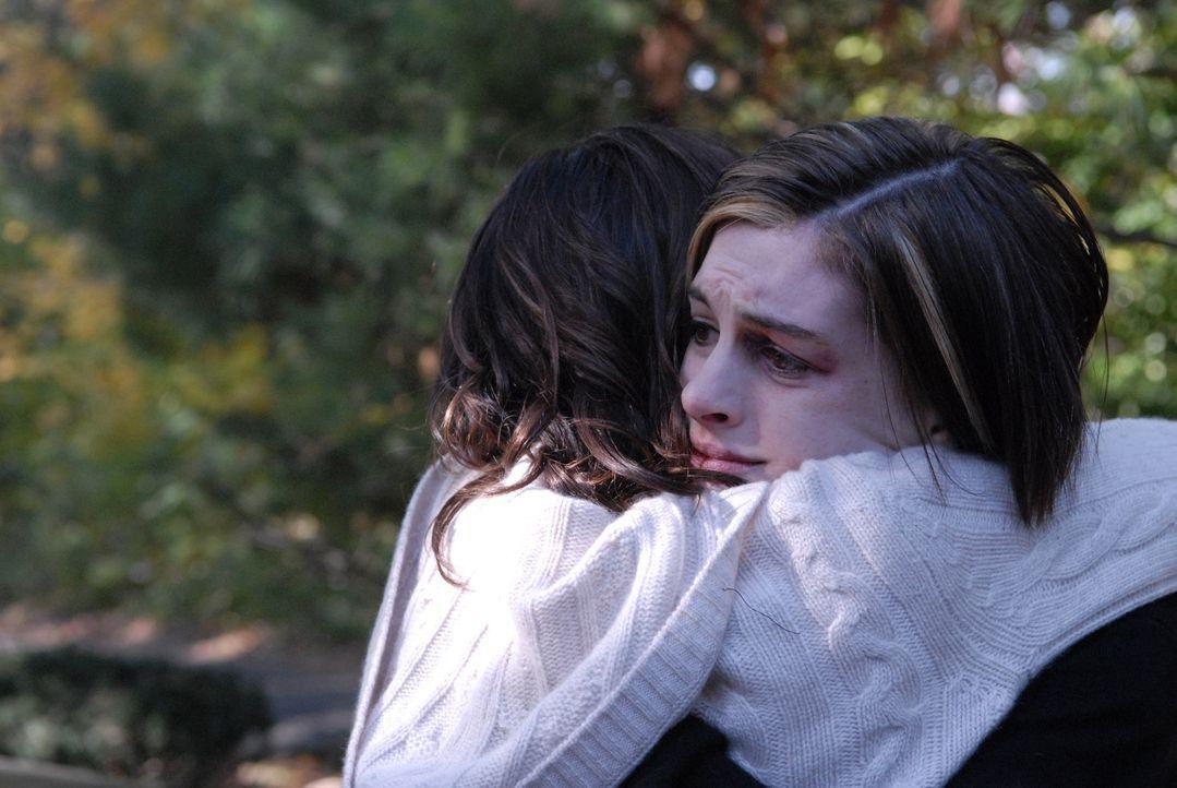 Kym (Anne Hathaway) verdrängt die Tatsache, dass sie vor einigen Jahren im Drogenrausch einen Autounfall verursacht hatte, bei dem ihr kleiner Brud... - Bildquelle: 2008 Sony Pictures Classics Inc. All Rights Reserved.